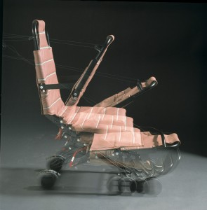 Bordrollstuhl kann wie ein Klappstuhl zusammengefaltet werden...